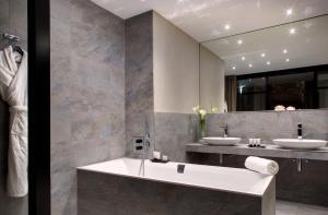 Salle de bains dans l'établissement Domaine de la Klauss, Restaurant Gastronomique Le K & Spa