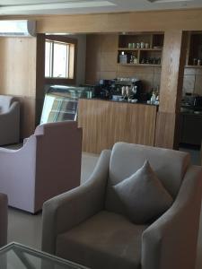 O lounge ou bar de Arif Housing Units