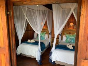 A bed or beds in a room at Shayamoya Tiger Fishing and Game Lodge