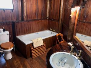 A bathroom at Shayamoya Tiger Fishing and Game Lodge