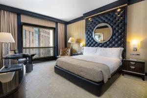 سرير أو أسرّة في غرفة في فيرمونت نايل سيتي