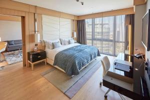سرير أو أسرّة في غرفة في ويندهام جراند إسطنبول ليفينت