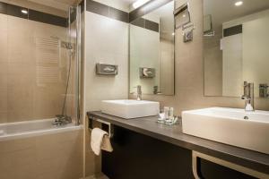 A bathroom at Domaine du Gouverneur, Hôtel, Restaurant & Golf