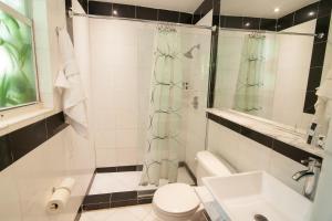 A bathroom at Shelley Hotel