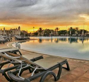 Piscine de l'établissement Oasis Saidia Palace ou située à proximité