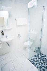 A bathroom at Hotel Sauer Garni