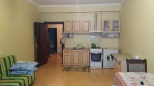 A cozinha ou cozinha compacta de Affordable Apartment in Baku (Hazi Aslanov metro station)