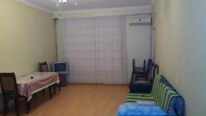 Uma área de estar em Affordable Apartment in Baku (Hazi Aslanov metro station)