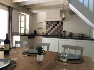 A kitchen or kitchenette at La Folie des Remparts