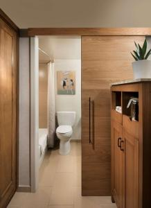 A bathroom at Tempe Mission Palms, a Destination by Hyatt Hotel