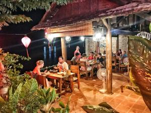 A restaurant or other place to eat at Phong Nha Coco House
