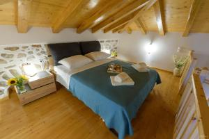 A bed or beds in a room at Guarda il porto