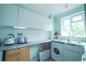 A kitchen or kitchenette at Spacious House with outdoor space in Greenwich