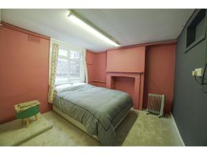 A bed or beds in a room at Spacious House with outdoor space in Greenwich