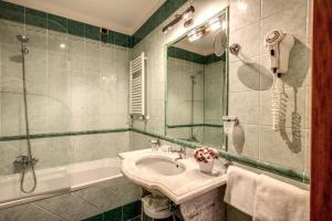 A bathroom at Hotel Villafranca