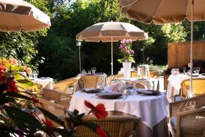 A restaurant or other place to eat at Hôtel & Spa Château de l'ile