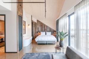 Een bed of bedden in een kamer bij Hotel Waterrijk Oesterdam