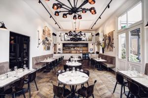 A restaurant or other place to eat at Morgan & Mees