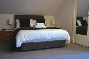 A bed or beds in a room at Rooms by No2 Troon Road