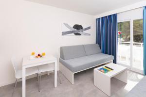 Een zitgedeelte bij HSM Lago Park Apartments