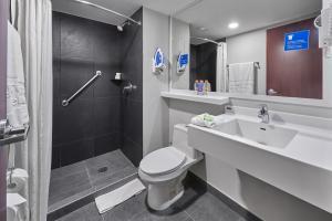 Ein Badezimmer in der Unterkunft City Express Monterrey Aeropuerto