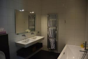 A bathroom at De Hiddinghhoeve
