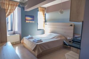 A bed or beds in a room at Via Mare Apartments