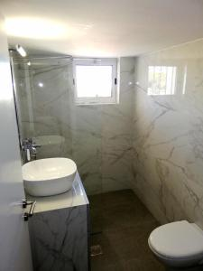 A bathroom at Comfortable Apartment Close to the Airport