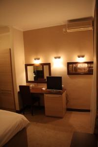 TV i/ili multimedijalni sistem u objektu Hotel Leotar