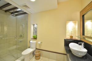 A bathroom at Le Soleil de Boracay Hotel