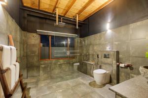 A bathroom at 98 Acres Resort & Spa