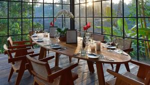 A restaurant or other place to eat at Chapung Sebali