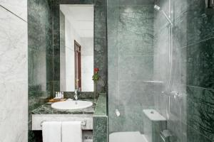 A bathroom at Hotel Villa Real