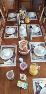 A restaurant or other place to eat at Chambres sous les vignes du Buttois