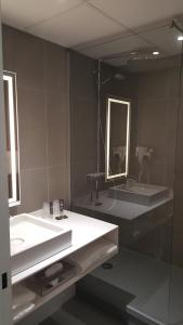 A bathroom at Novotel Narbonne Sud A9/A61