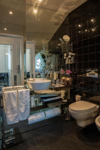A bathroom at Teatro Boutique B&B