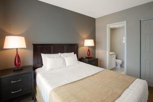 A bed or beds in a room at Enclave Suites, a staySky Hotel & Resort Near Universal