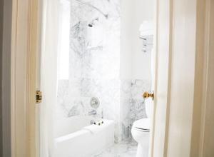 A bathroom at Hotel Sorrento