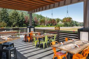 A restaurant or other place to eat at Park City Peaks