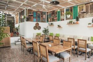 Een restaurant of ander eetgelegenheid bij Adhisthana Hotel Yogyakarta