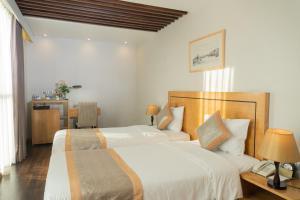 A bed or beds in a room at Parkside Sunline Hotel