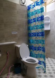 Et badeværelse på Mook Montra Resort Sea Front