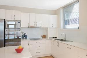 A kitchen or kitchenette at Wharf Apartment Unit 7