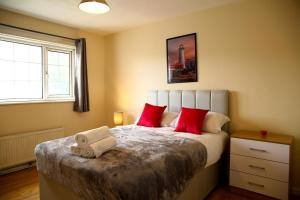A bed or beds in a room at Central Luton Cozy Home