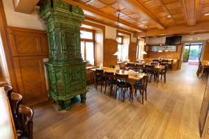 Ein Restaurant oder anderes Speiselokal in der Unterkunft Hotel Bären
