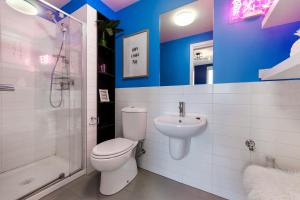 A bathroom at Trendy And Central One Bed Apartment With Views