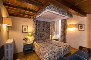 A bed or beds in a room at Loggiato Dei Serviti