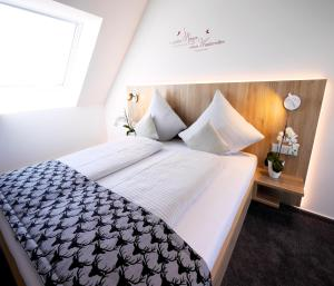 A bed or beds in a room at Kohlers Hotel Engel