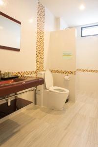 A bathroom at Sun Moon Star Resort Koh Phangan