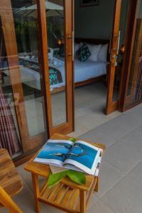 سرير أو أسرّة في غرفة في Cozy Cottages Lombok